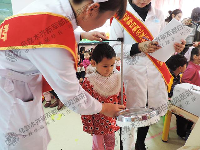 我院医护人员正在给孩子们进行健康体检